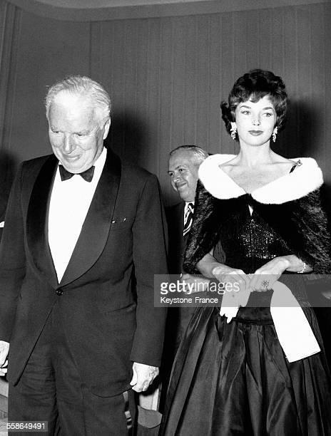 Charlie Chaplin et Dawn Addams lors de la présentation du film 'Un roi à New York' à Ischia Italie le 27 septembre 1957