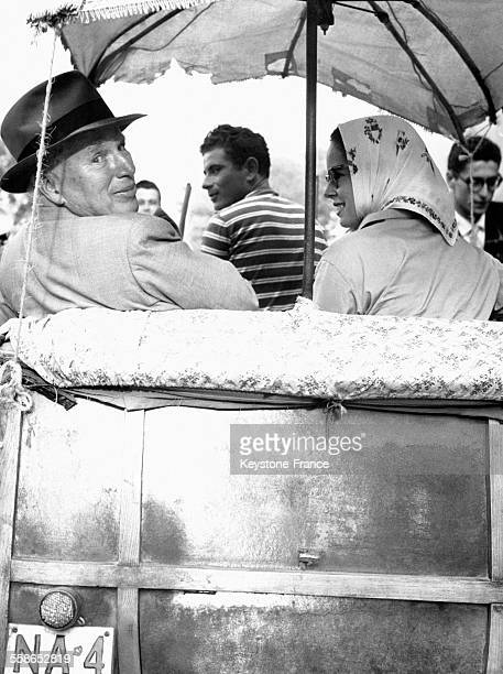 Charlie Chaplin et sa femme Oona dans un taxi local à l'occasion de la présentation du film 'Un roi à New York' à Ischia Italie le 27 septembre 1957