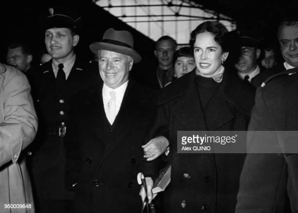 Charlie Chaplin et sa femme Oona O'Neill à Paris dans les années 50 Paris France