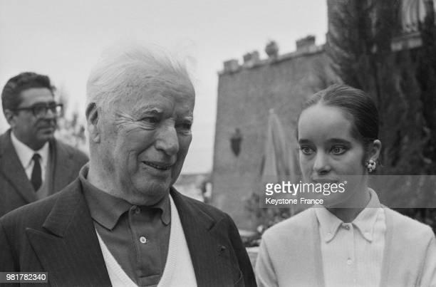 Charlie Chaplin et sa fille Victoria en vacances en famille ici à la villa Scala dei Santi à Porto Ercole en Italie le 1er avril 1967