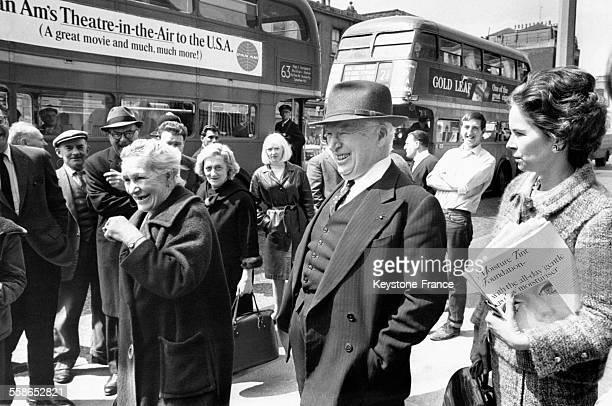 Charlie Chaplin et son épouse Oona O'Neill à l'occasion du tournage du film 'La Comtesse de HongKong' à Londres RoyaumeUni le 10 mai 1966