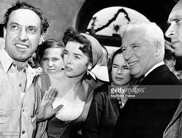 Charlie Chaplin et son épouse pendant le mariage de Dawn Addams avec le prince italien Vittorio Massimo à Rome Italie le 1er mai 1954