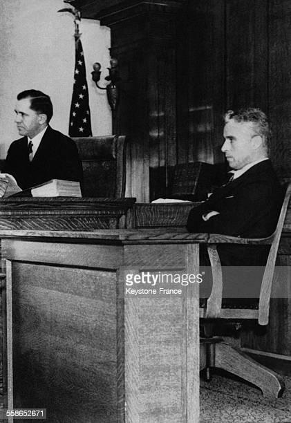 Charlie Chaplin à la barre des témoins dans un procès l'opposant à son exépouse Lita Grey concernant le placement de leurs deux garçons dans...