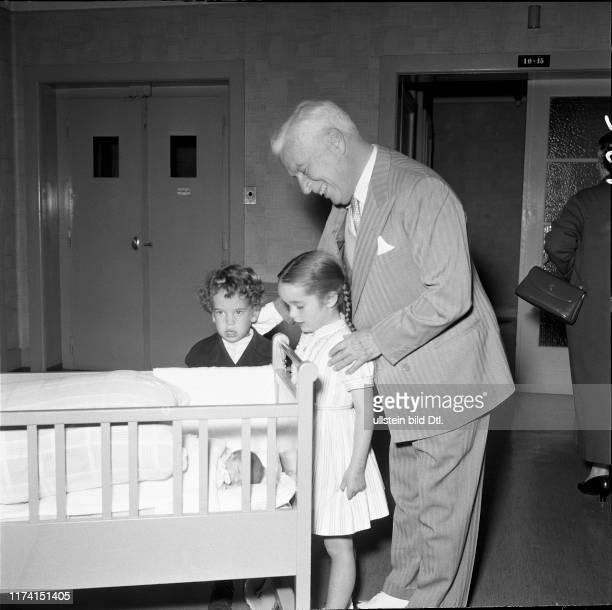 Charlie Chaplin nach Geburt seiner Tochter Jane mit Eugene und Victoria 1957