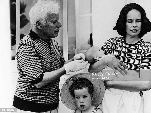 Charlie Chaplin Schauspieler Regisseur Grossbritannien mit Ehefrau Oona Baby Jane und Sohn Eugene 1957