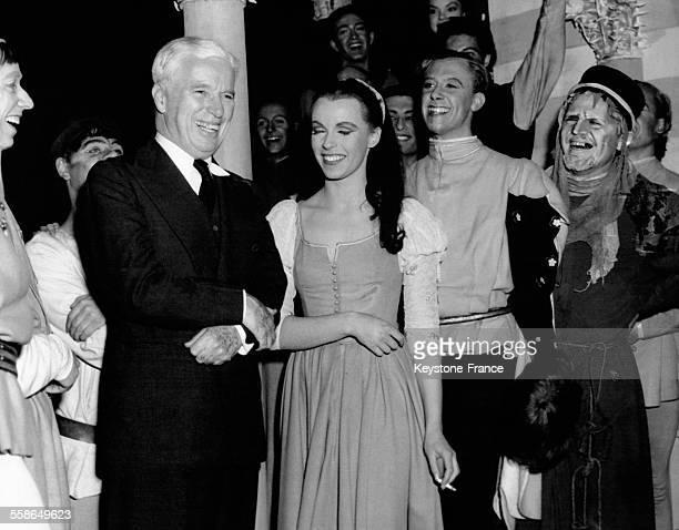 Charlie Chaplin sur la scène du théâtre Old Vic où il est venu féliciter Claire Bloom et la troupe de 'Roméo et Juliette' à Londres RoyaumeUni le 26...