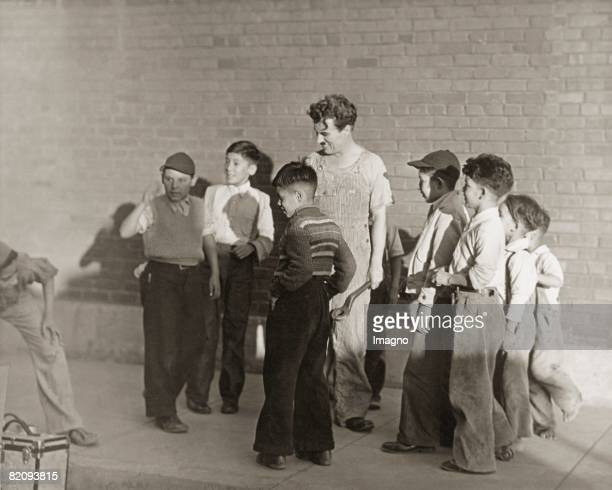Charlie Chaplin with young statists in a new movie which he also directs for the first time Photograph Around 1935 [Charlie Chaplin in einer...