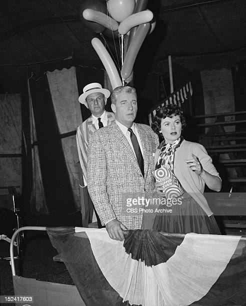 MASON Charlie Cross as Balloon Man William Hopper as Paul Drake and Barbara Hale as Della Street in 'The Case of the Clumsy Clown' Image dated June...
