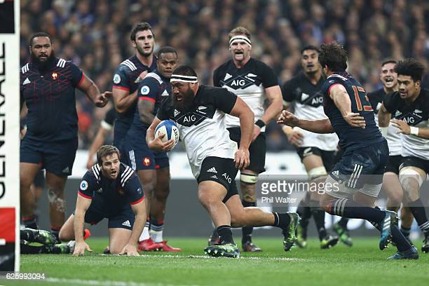 Charlie Faumuina of the All Blacks heads towards the line to score a try during the international rugby match between France and New Zealand at Stade...