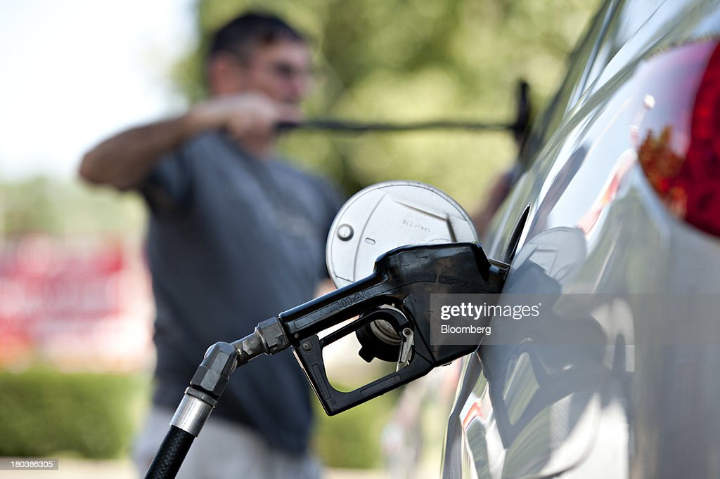 Charlie Gourd cleans his windshield while putting fuel in his vehicle at a Royal Dutch Shell Plc gas station in Peoria, Illinois, U.S., on Wednesday, Sept. 11, 2013. Gasoline climbed in New York trading as crude advanced before talks between the U.S. and Russia over disposing of Syrias chemical weapons and as U.S. jobless claims dropped. Photographer: Daniel Acker/Bloomberg via Getty Images