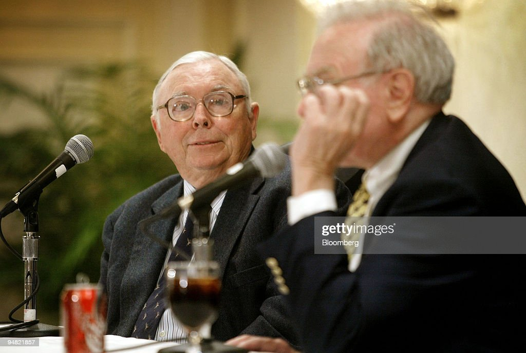 Charlie Munger, left, vice chairman, Berkshire Hathaway Inc. : ニュース写真