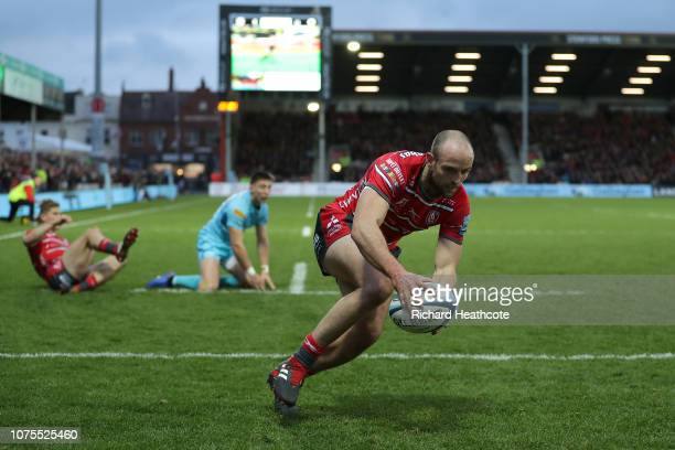 Charlie Sharples of Gloucester runs in to scrore the second try during the Gallagher Premiership Rugby match between Gloucester Rugby and Worcester...