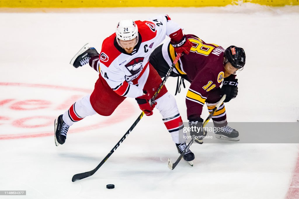 AHL: JUN 05 Calder Cup Final - Charlotte Checkers at Chicago Wolves : Nachrichtenfoto