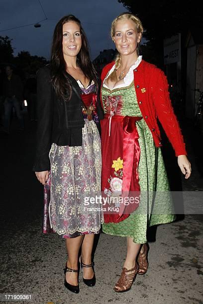 Charlotte Engelhardt Und Schwester Henriette Bei Der Becker Wies'N Im Hippodrom Auf Dem Oktoberfest In München