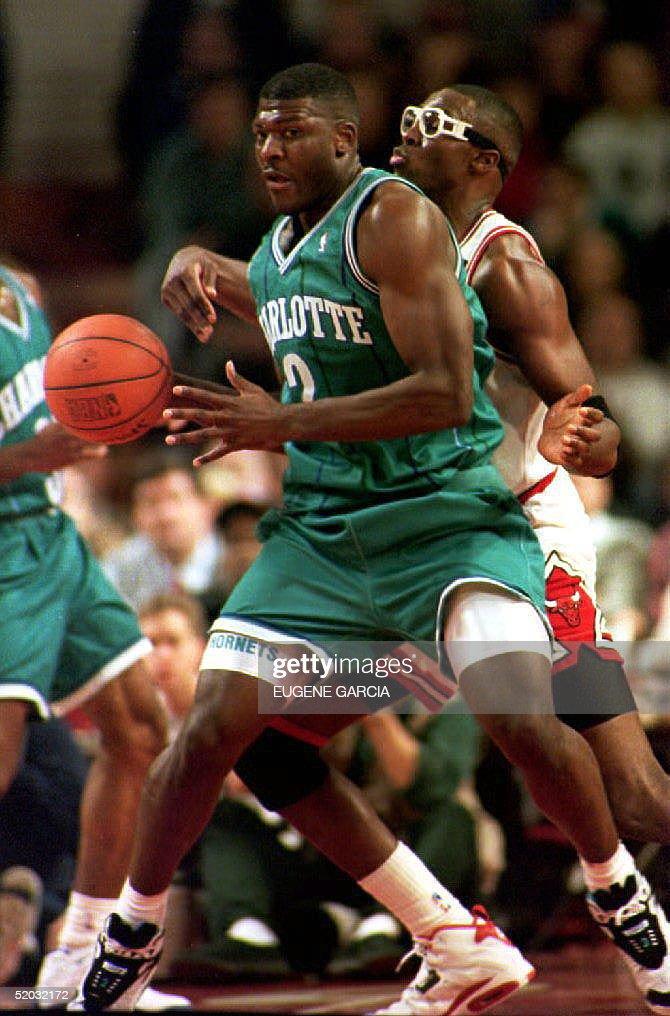 Charlotte Hornets forward Larry Johnson (L) gets t : News Photo