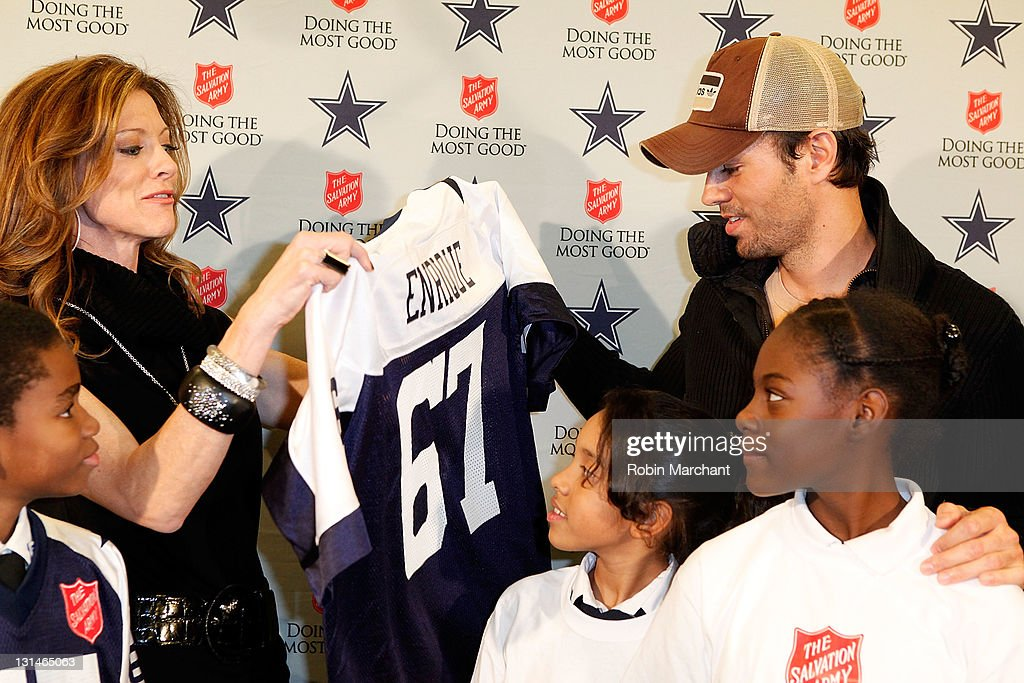 Enrique Iglesias Kicks Off The 120th Anniversary Of The Salvation Army Red Kettle Campaign With The Dallas Cowboys : News Photo