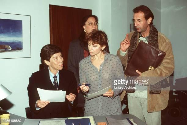 Charlotte Meyer schlüpft in die Rolle eines Mannes, um so den Beweis anzutreten, daß auch eine Frau die Leitung einer Bank übernehmen kann. Szene mit...