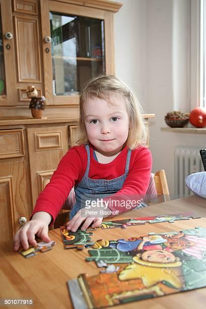 Charlotte Schmid , Tochter von H u b e r t Schmid , Homestory, Marburg, Hessen, Deutschland, Europa, Wohnzimmer, Puzzle, puzzeln, Kleinkind, Kind,...