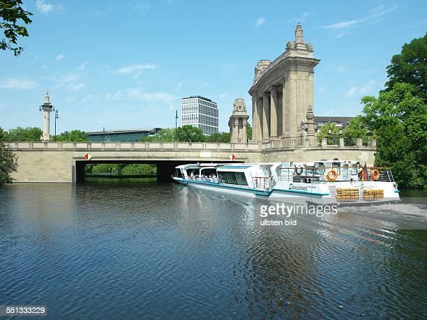 Charlottenburger Tor Ausflugsdampfer 'Sanssouci' auf dem Landwehrkanal