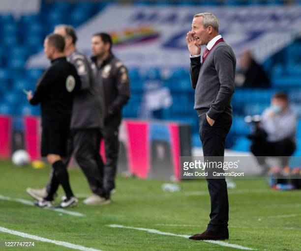Charlton Athletic manager Lee Bowyer shouts instructions to his team from the technical area during the Sky Bet Championship match between Leeds...