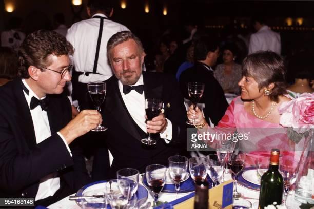 Charlton Heston en compagnie de son fils et de Yanou Collart lors de la Fête de la Fleur à Bordeaux en juin 1990 France