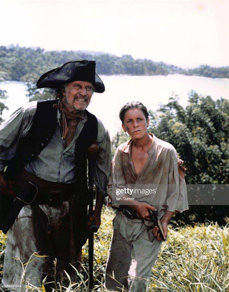 Charlton Heston et Christian Bale dans le téléfilm 'L'Ile au Trésor' : News Photo