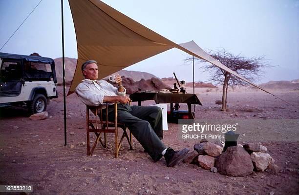 Charlton Heston In Israel Charlton HESTON dans le désert du Néguev en Israël où il accompagne son fils Fraser qui produit un documentaire sur les...