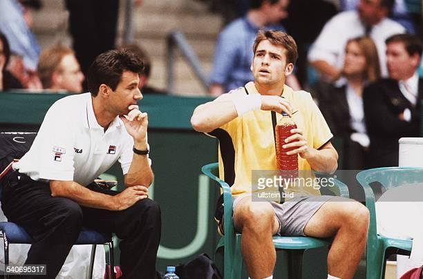 Charly Steeb Kapitän der Deutschen DaviscupMannschaft im Gespräch mit dem Tennisspieler Nicolas Kiefer Aufgenommen April 1999