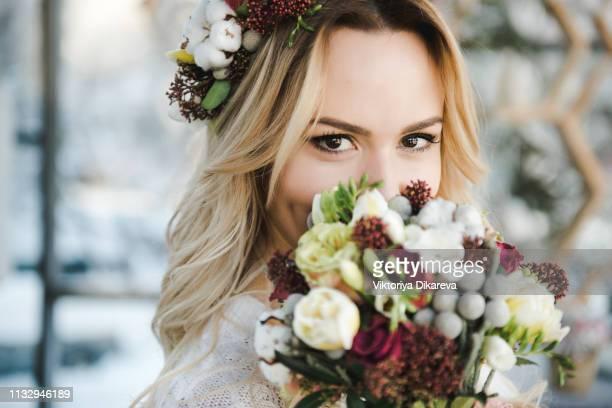 charming bride with bouquet - charmoso - fotografias e filmes do acervo