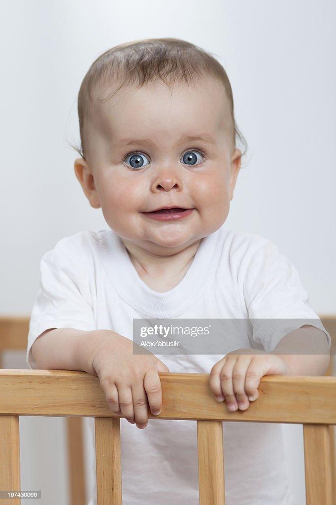 Adorável criança no Berço : Foto de stock