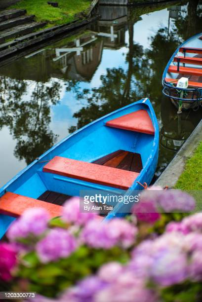 charming dutch village - giethoorn stock pictures, royalty-free photos & images
