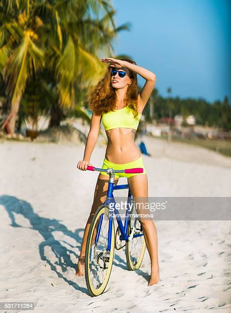 Charmante Frau mit Fahrrad im Freien Verleih