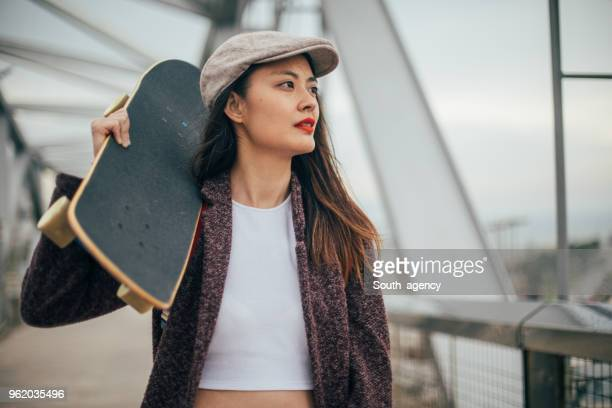 Charmig tjej med skateboard