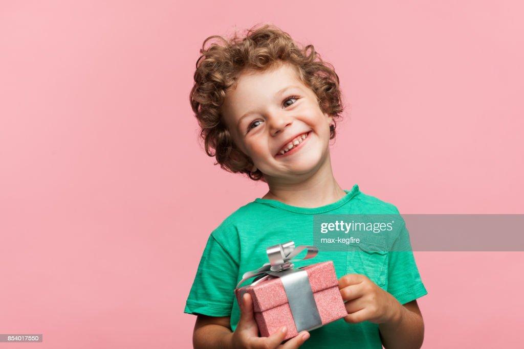 Charmante jongen met geschenkdoos : Stockfoto