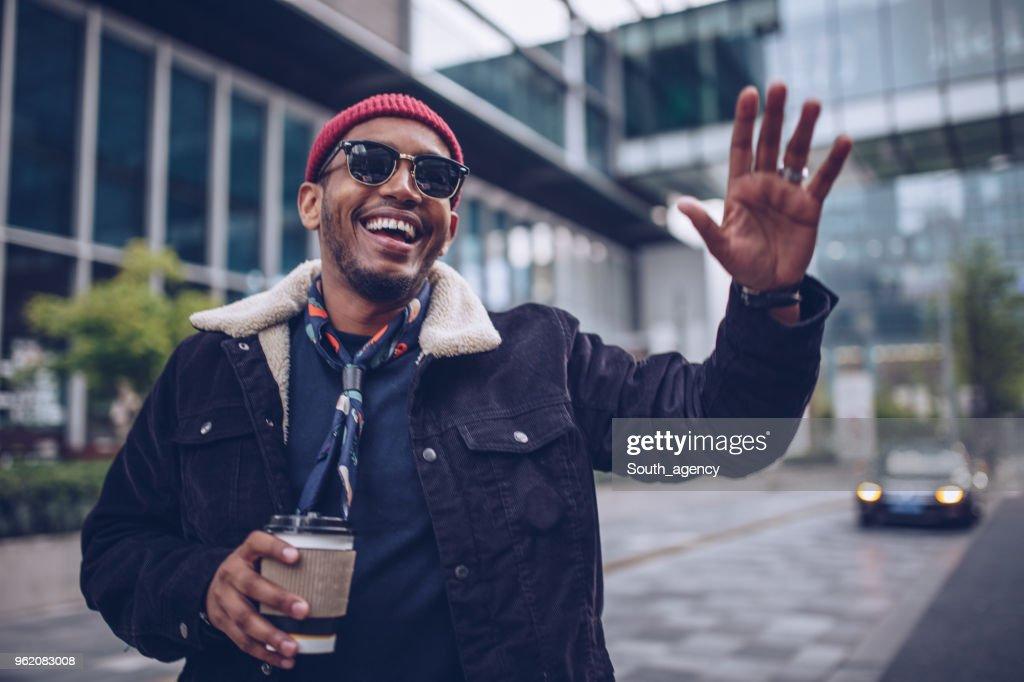 Uomo affascinante che saluta : Foto stock