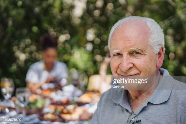 homme aîné charmant - plan moyen angle de prise de vue photos et images de collection