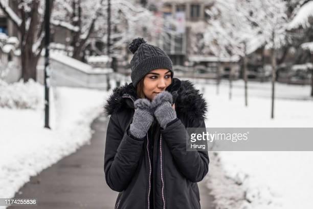 mujer encantadora con ropa de abrigo - coat fotografías e imágenes de stock