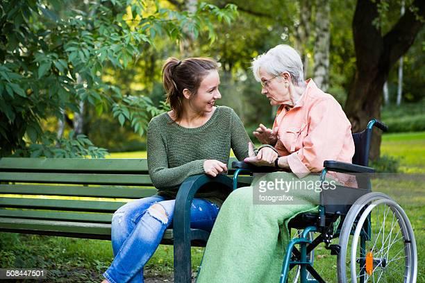 Charmante jeune femme âgée avec un talk dans le parc