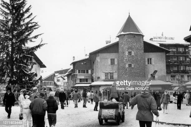 Charrette tirées par un cheval dans une rue de la station de ski de Megève, en 1987, en Haute-Savoie, France.