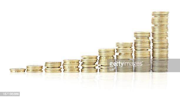 Tabelle mit wachsenden Stapel von Münzen