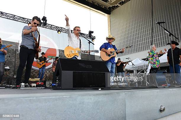 Chase Bryant Lee Roy Parnell Tracy Lawrence T Graham Brown and John Michael Montgomery sing Merle Haggard song at the end of the Honky Tonkin with...