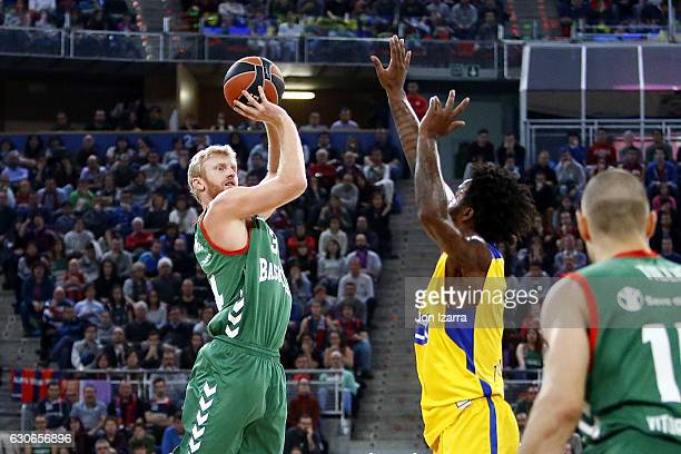 Chase Budinger #34 of Baskonia Vitoria Gasteiz in action during the 2016/2017 Turkish Airlines EuroLeague Regular Season Round 15 game between...