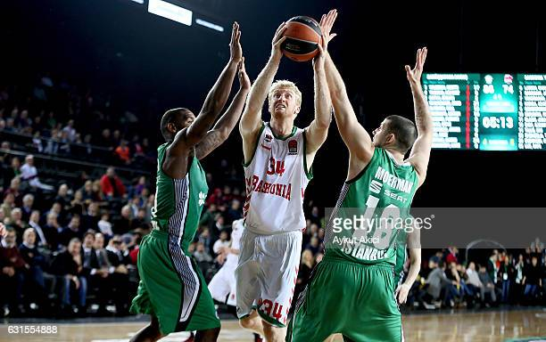 Chase Budinger #34 of Baskonia Vitoria Gasteiz in action during the 2016/2017 Turkish Airlines EuroLeague Regular Season Round 17 game between...