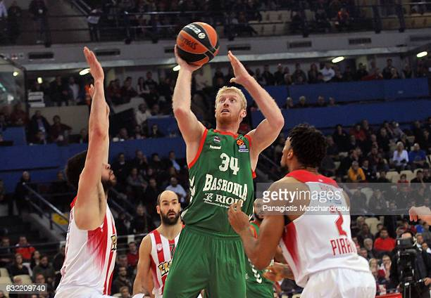 Chase Budinger #34 of Baskonia Vitoria Gasteiz in action during the 2016/2017 Turkish Airlines EuroLeague Regular Season Round 18 game between...