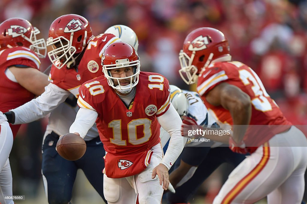 Chase Daniel #10 of the Kansas City Chiefs drops back to Knile Davis #34 of the Kansas City Chiefs during the game against the San Diego Chargers at Arrowhead Stadium on December 28, 2014 in Kansas City, Missouri.