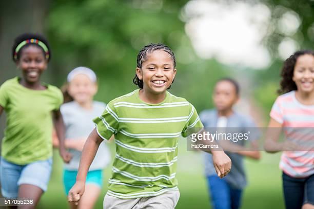 atrapar sí con huella en cruz - kids playing tag fotografías e imágenes de stock