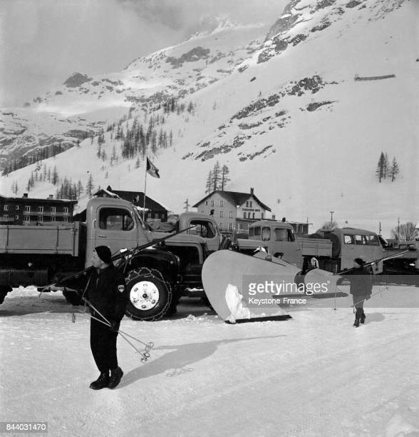 Chasseneige en action dans les rues de Val d'Isère France en février 1956