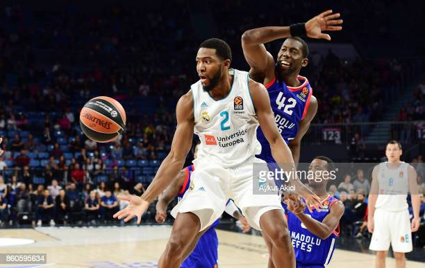 Chasson Randle #2 of Real Madrid competes with Bryant Dunston #42 of Anadolu Efes Istanbul during the 2017/2018 Turkish Airlines EuroLeague Regular...