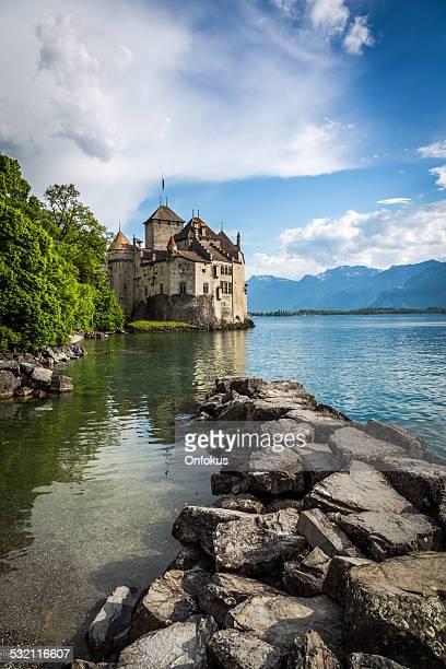 chateau chillon, montreux, switzerland - meer van genève stockfoto's en -beelden