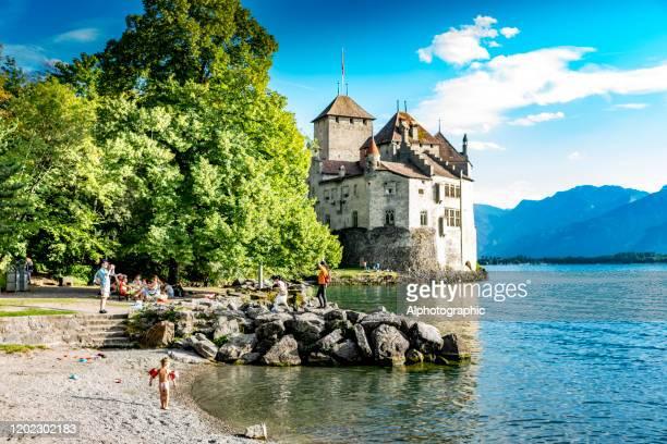 ジュネーブ湖のシャトー・ド・チヨン、スイス - モントルー ストックフォトと画像